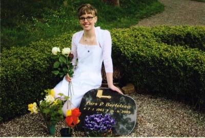 Line Bertelsen, ved hedes fars grav på hendes konfimationsdag
